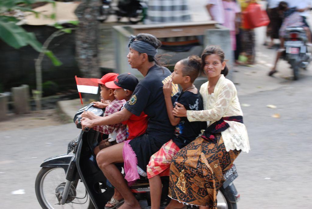 Kids wear helmets, Kinder Helme, Alltagsgewusel, Asien, ohne Helm